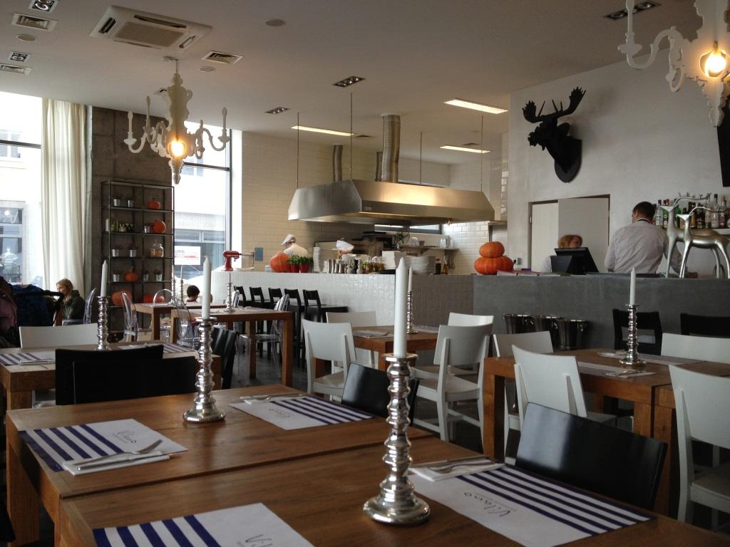 proste wnętrze i otwarta kuchnia  Tasteaway  Tasteaway -> Kuchnia Otwarta Restauracja Warszawa