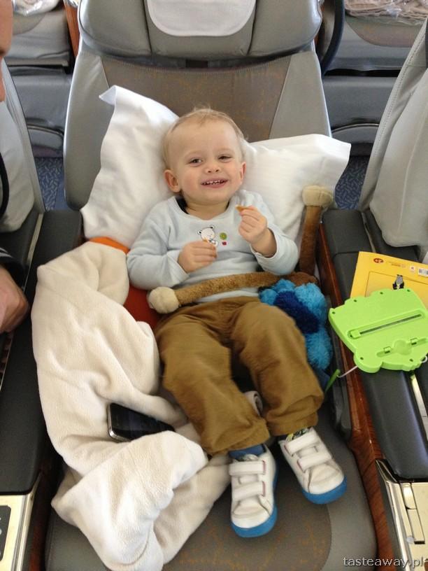 z dzieckiem samolotem