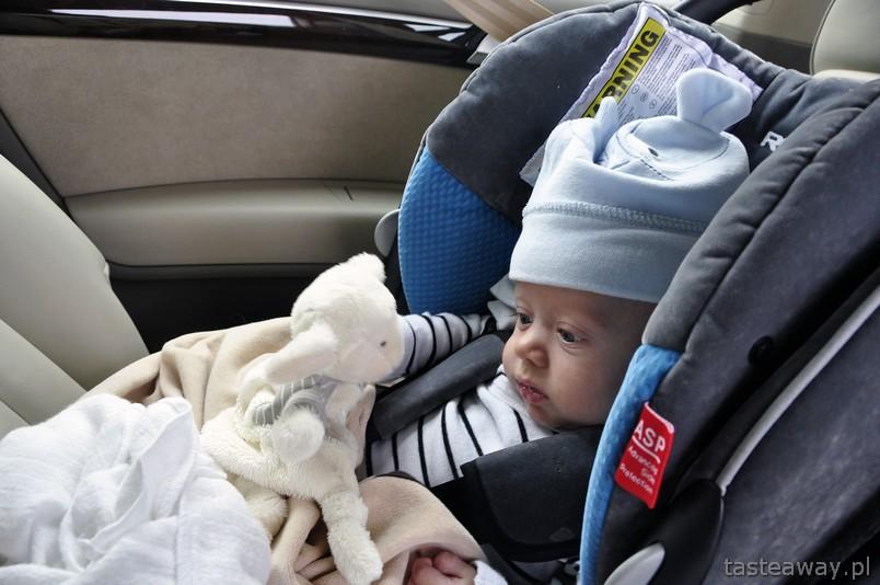 niemowlak w podróży, rodzinne podróżowanie, dziecko w samochodzie