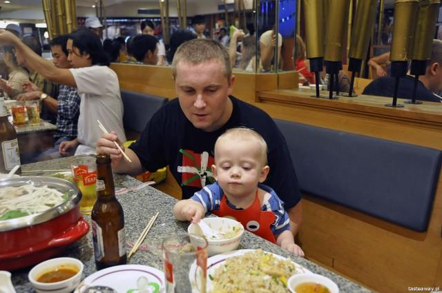 podróżowanie z dzieckiem, jedzenie dla dziecka w podróży, dziecko w kraju egzotycznym, Bangkok