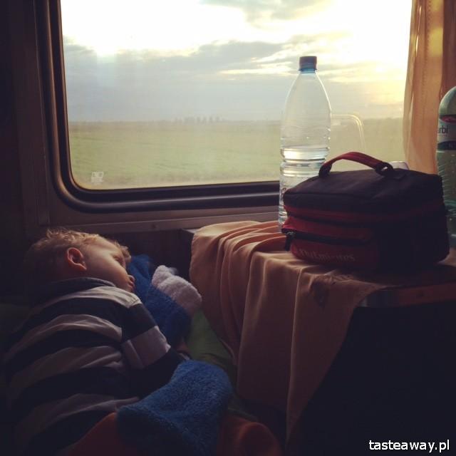 nocny pociąg, Kaukaz z dzieckiem, podróżowanie z dzieckiem, dziecko w podróży