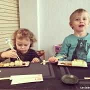 Mizu Sushi, sushi z dzieckiem, gdzie na sushi z dzieckiem, sushi Warszawa, rodzinny obiad, sushi przyjazne dzieciom, kącik dla dzieci