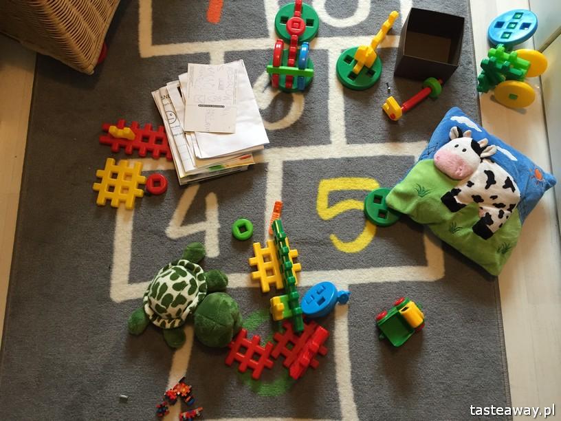 sprzątanie, jak zachęcić dziecko do sprzątania, bałagan w dziecięcym pokoju, porządek w dziecięcym pokoju, jak zrzucić obowiązki na dziecko, jak zaangażować dziecko w obowiązki domowe