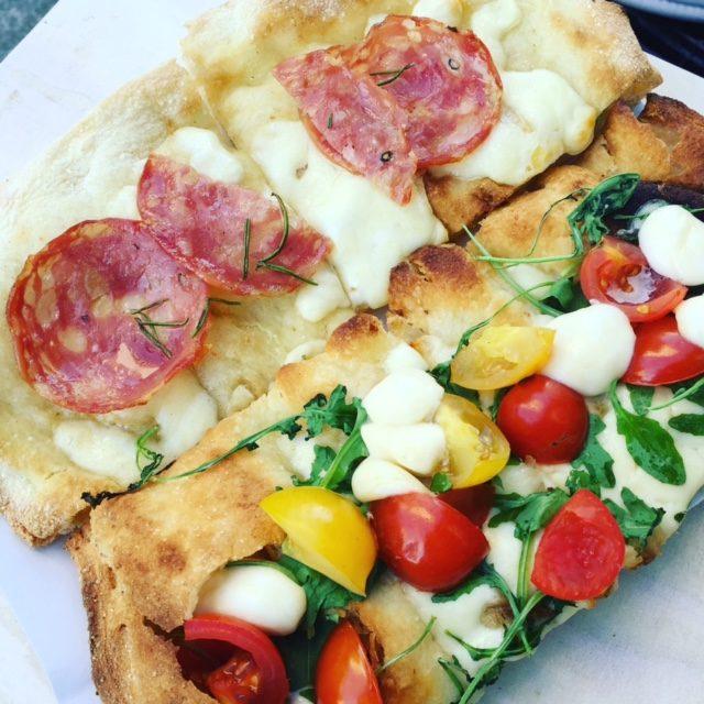 street food, kuchnia uliczna, street food, który musisz spróbować, potrawy kuchni ulicznej, Włochy, Rzym, pizza na kawałki, pizza al taglio