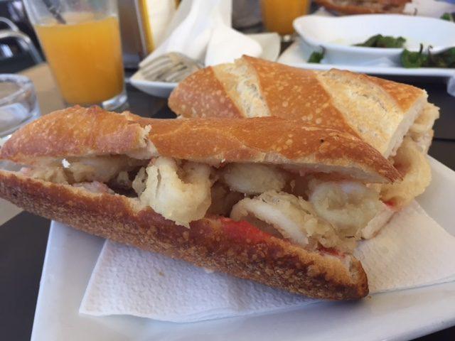 street food, kuchnia uliczna, street food, który musisz spróbować, potrawy kuchni ulicznej, Hiszpania, kanapka z kalmarami, bocadillo de calamares