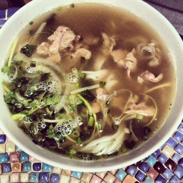 street food, kuchnia uliczna, street food, który musisz spróbować, potrawy kuchni ulicznej, pho, Wietnam, zupa pho