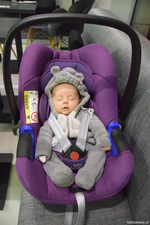 pierwsza podróż z maluchem, podróże z dzieckiem, jak podróżować z dzieckiem, jak podróżować z niemowlakiem, niemowlę w podróży, fotelik samochodowy, fotelik Britax Romer, Britax Baby Safe i-Size, jaki fotelik samochodowy wybrać dla noworodka, jaki fotelik dla niemowlaka