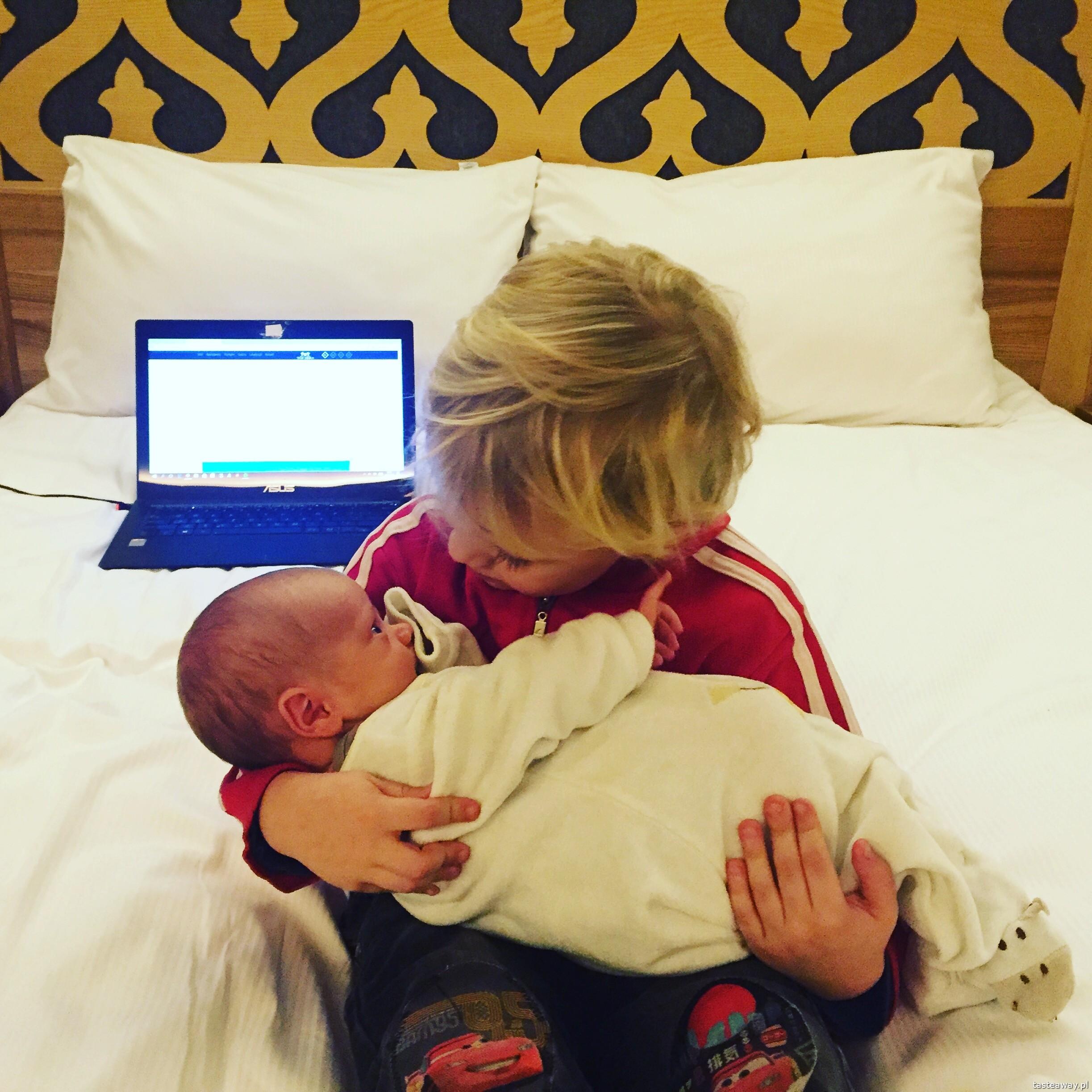 pierwsza podróż z maluchem, podróże z dzieckiem, jak podróżować z dzieckiem, jak podróżować z niemowlakiem, niemowlę w podróży