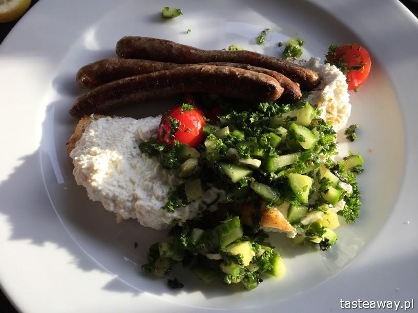 Nabo, Nabo Cafe, miejsca przyjazne dzieciom, gdzie na śniadanie, rodzinny obiad, rodzinne śniadanie, Warszawa, Sadyba, miejsca przyjazne rodzinie, kiełbaski jagnięce