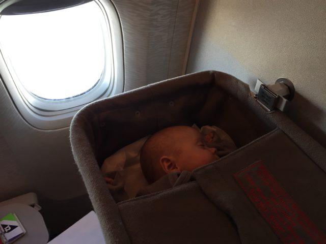 pierwszy lot z dzieckiem, dziecko w samolocie, niemowlak w samolocie, latanie z dzieckiem, latanie z niemowlakiem, jak przeżyć lot z dzieckiem