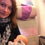 pierwszy lot z dzieckiem, dziecko w samolocie, niemowlak w samolocie, latanie z dzieckiem, latanie z niemowlakiem, jak przeżyć lot z dzieckiem, karmienie piersią, karmienie w samolocie