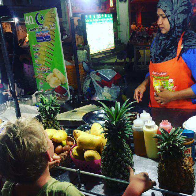 co jeść w Tajlandii, czego spróbować w Tajlandii, kuchnia tajskie, tajskie potrawy, mango, thai pancake
