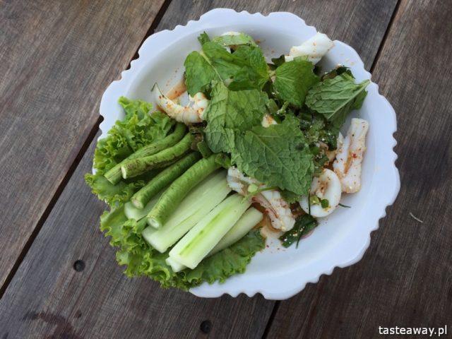 co jeść w Tajlandii, czego spróbować w Tajlandii, kuchnia tajskie, tajskie potrawy, sałatka z kalmarami, tajskie sałatki