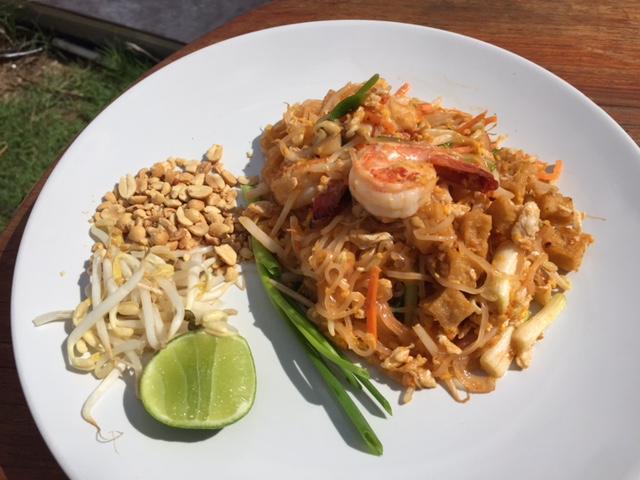 co jeść w Tajlandii, czego spróbować w Tajlandii, kuchnia tajskie, tajskie potrawy, smażony makaron, pad thai