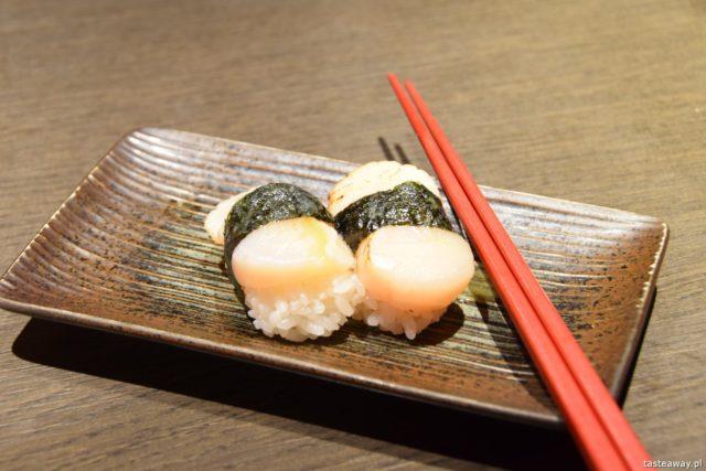 sushi w Japonii, jakie jest sushi w Japonii, jak smakuje sushi w Japonii, nigiri, inari, małże świętego Jakuba