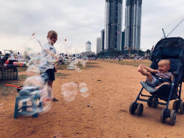 podróże z dziećmi, z dzieckiem w podróży, samolotem z dziećmi, Sri Lanka, Colombo