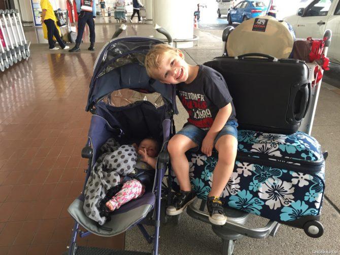 podróżowanie z dziećmi, dziecko w podróży, dziecko w samolocie, dziecko w samochodzie, audiobooki do słuchania, Storytel