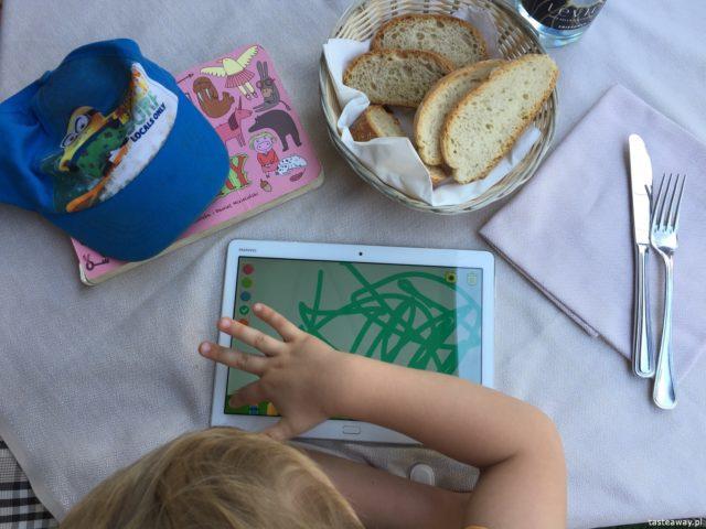 zabieram moje dzieci tam, gdzie chcę, podróżowanie z dziećmi, restauracje z dziećmi, dziecko w podróżt, dziecko w restauracji, selfie, tablet i dziecko, tablet w podróży, Huawei, Media Pad M3 Lite