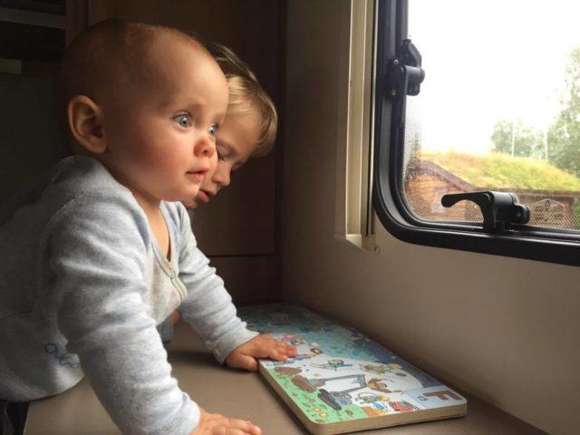 kamperem z dziećmi, niemowlak w kamperze, kamperem z niemowlakiem, podróżowanie z niemowlakiem