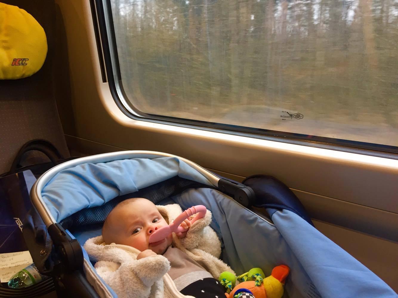 podróże z dzieckiem, podróże z niemowlakiem, pierwsza podróż, gdzie w pierwszą podróż,  Pierwsza podróż pociągiem