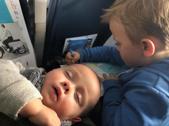 dziecko w podróży, podróżowanie z dzieckiem, dziecko w samolocie, sama z dzieckiem w samolocie, jak poradzić sobie z dzieckiem w samolocie
