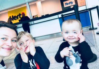 dziecko w samolocie, podróż samolotem z dzieckiem, płaczące dziecko w samolocie, podróże z dzieckiem