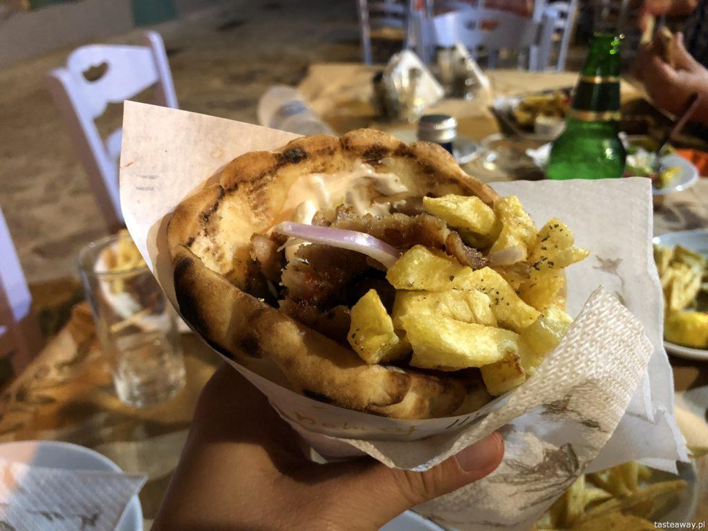 co jeść w Grecji, kuchnia grecka, czego spróbować w Grecji, feta, podróże z dzieckiem, souvlaki, gyros w picie, pita, gyros