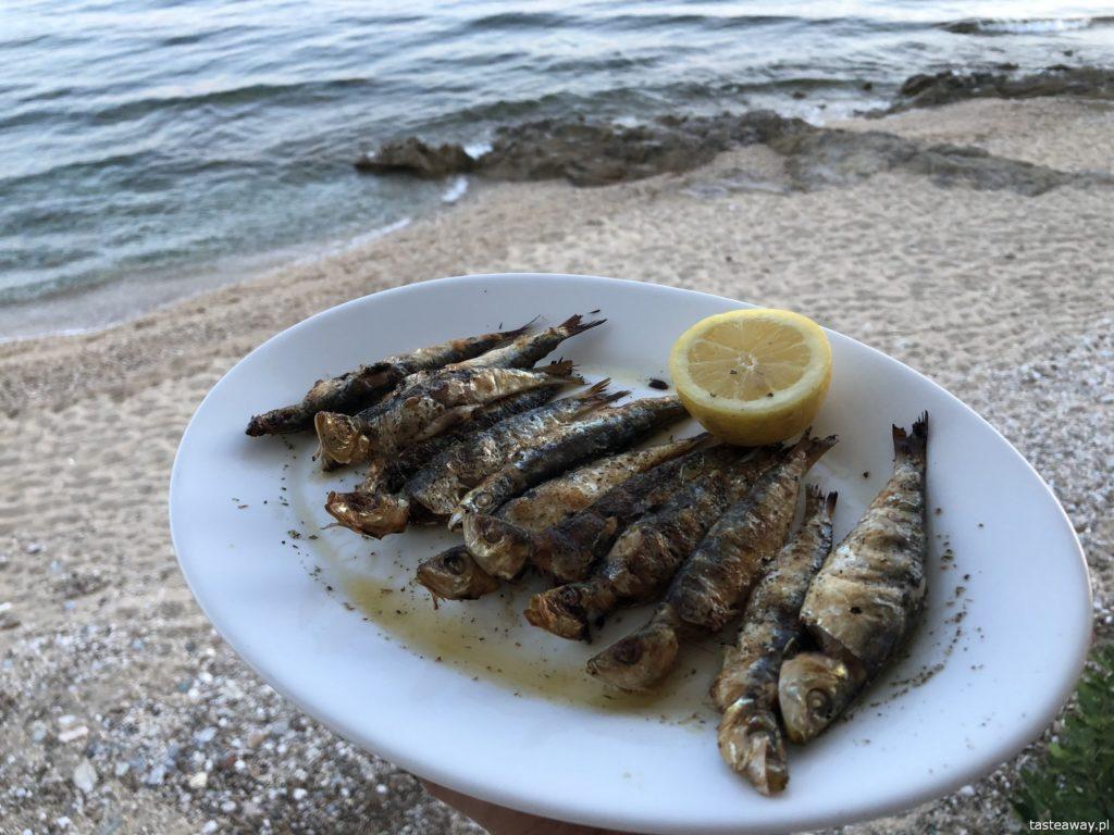 co jeść w Grecji, kuchnia grecka, czego spróbować w Grecji, feta, podróże z dzieckiem, souvlaki, sardynki