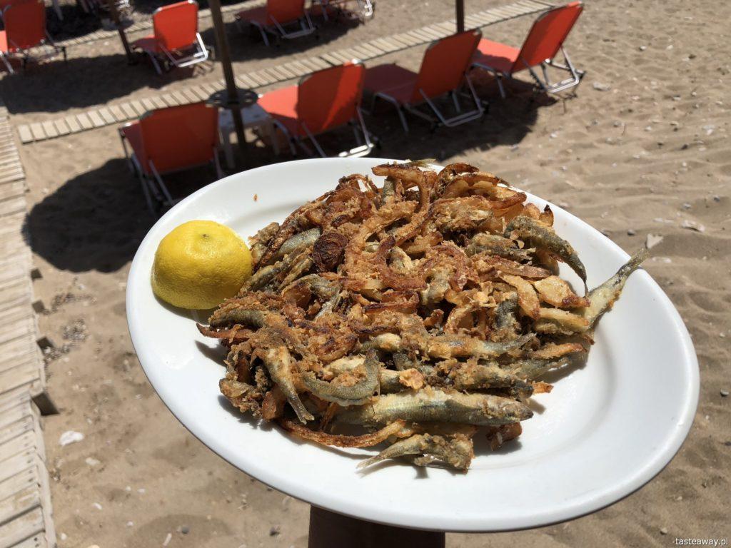 co jeść w Grecji, kuchnia grecka, czego spróbować w Grecji, feta, podróże z dzieckiem, souvlaki, rybki z cebulą