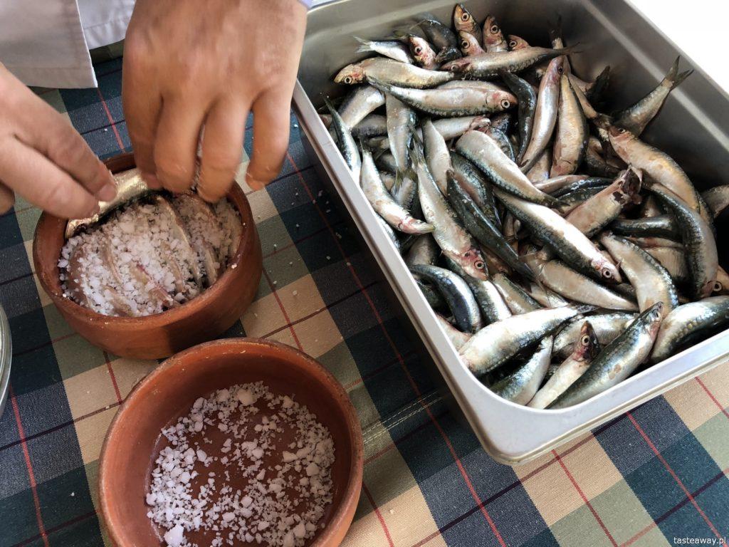 co jeść w Grecji, kuchnia grecka, czego spróbować w Grecji, feta, podróże z dzieckiem, salted sardines, papalina