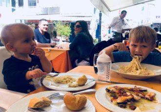 dziecko w restauracji, dziecko w samolocie, dziecko w miejscu publicznym, prawa rodzica, obowiązki rodzica,