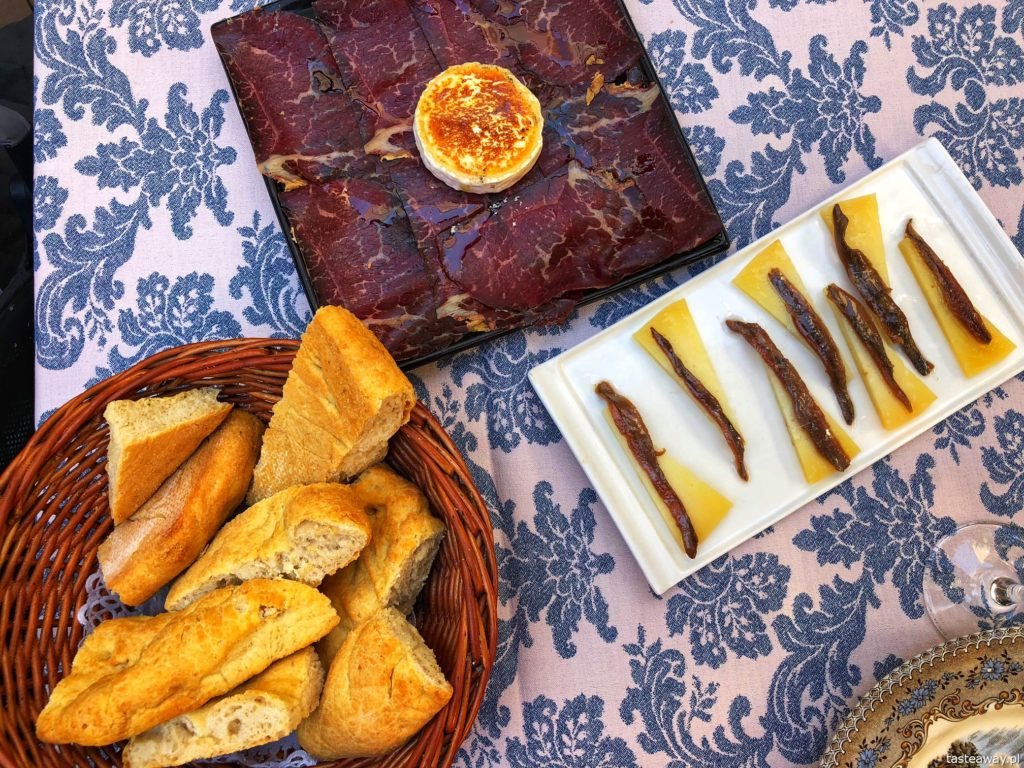 co jeść na północy Hiszpanii, co jeść w Asturias, co jeść w Galicji, mule, mejillones al vapor, kuchnia hiszpańska, tapas, owoce morza, anchois, anchoas, Oviedo