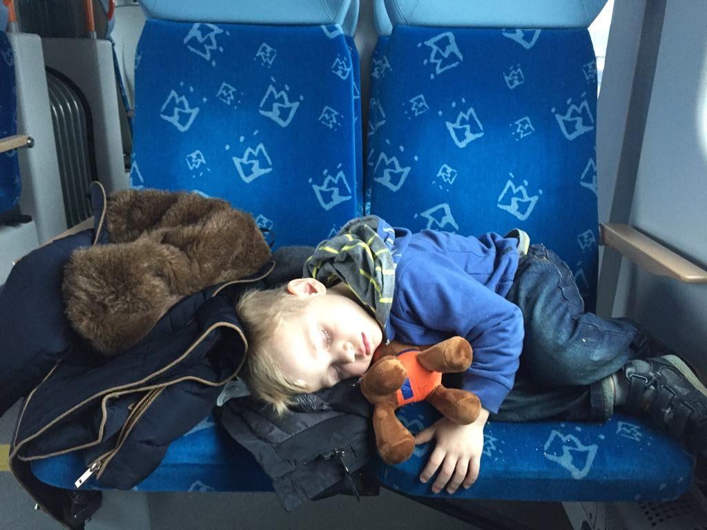 dziecko-spanie-w-pociagu