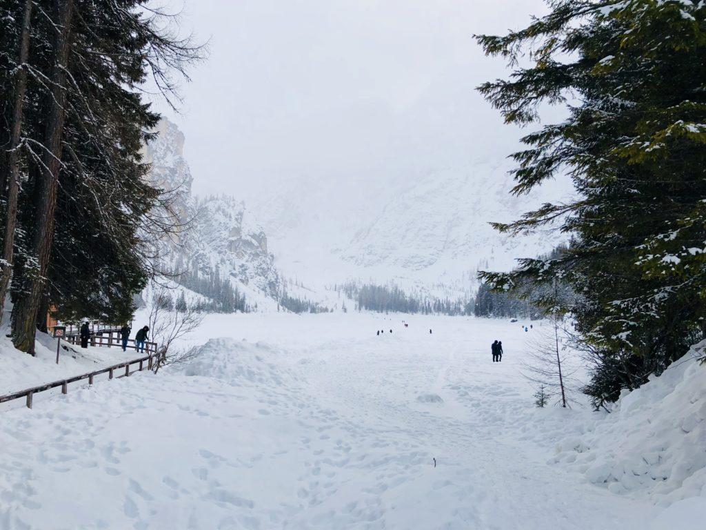 lago-di-braies-snieg