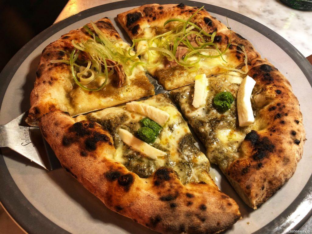 pizza z kremem z karczochów oraz z karmelizowaną cebulą