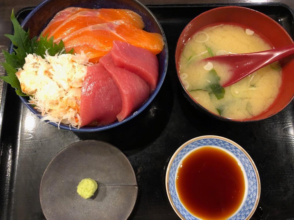 obiad na tragu rybnym w Sapporo