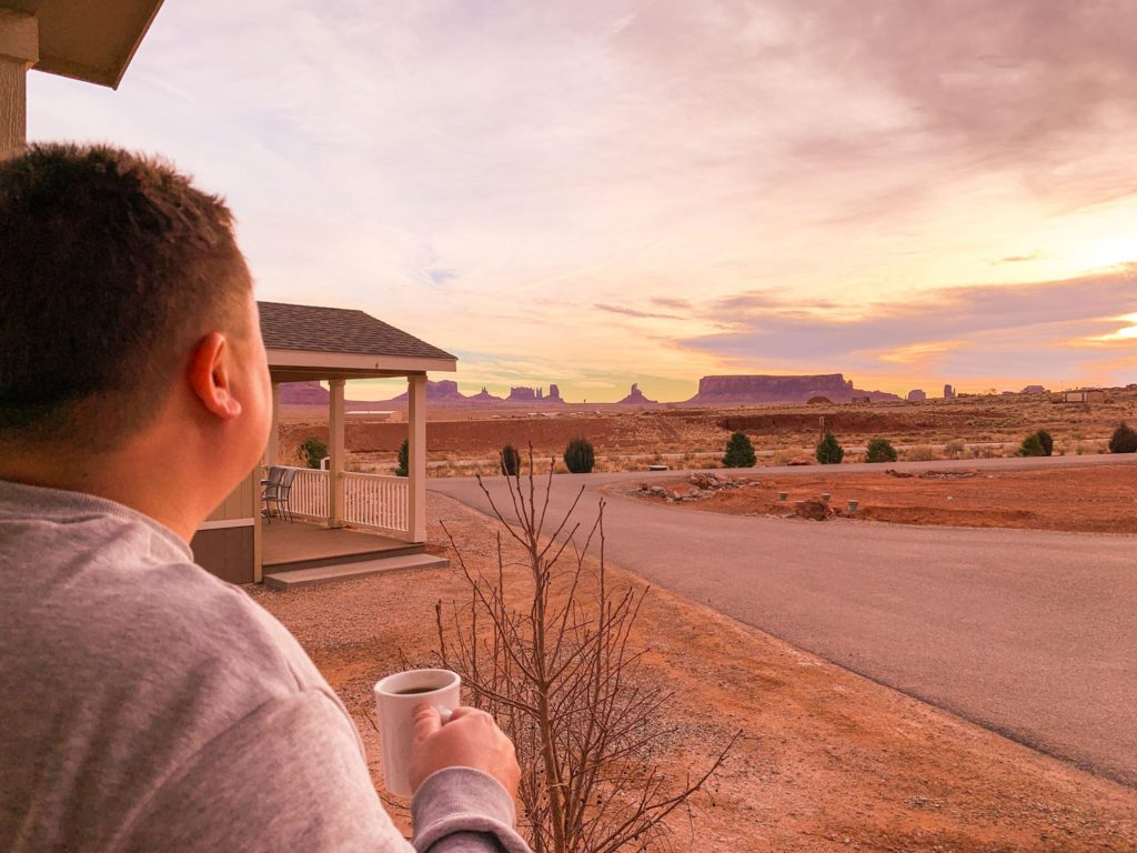 kawa z widokiem na Monument Valley