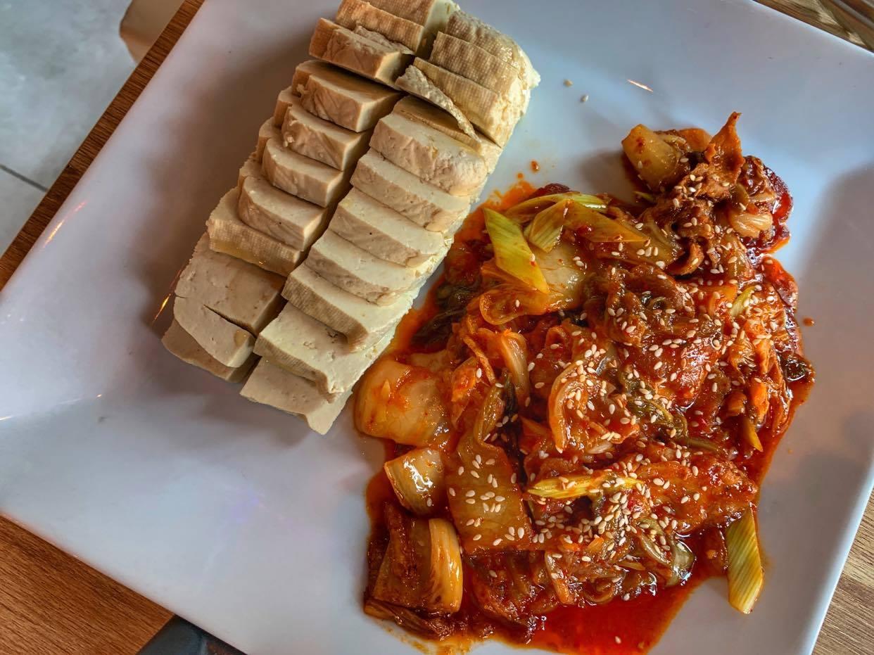 tofu z kimchi i wieprzowiną