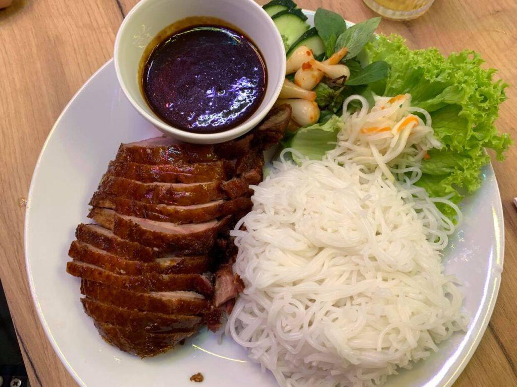 Hanoi Grill pieczona kaczka i makaron Bun