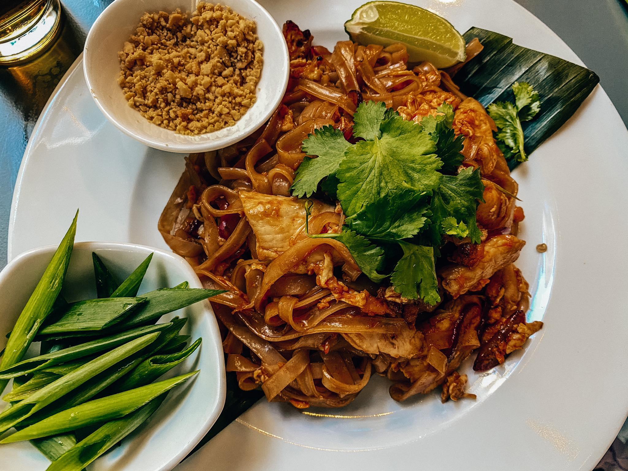 pad thai z kurczakiem_Basil & Lime